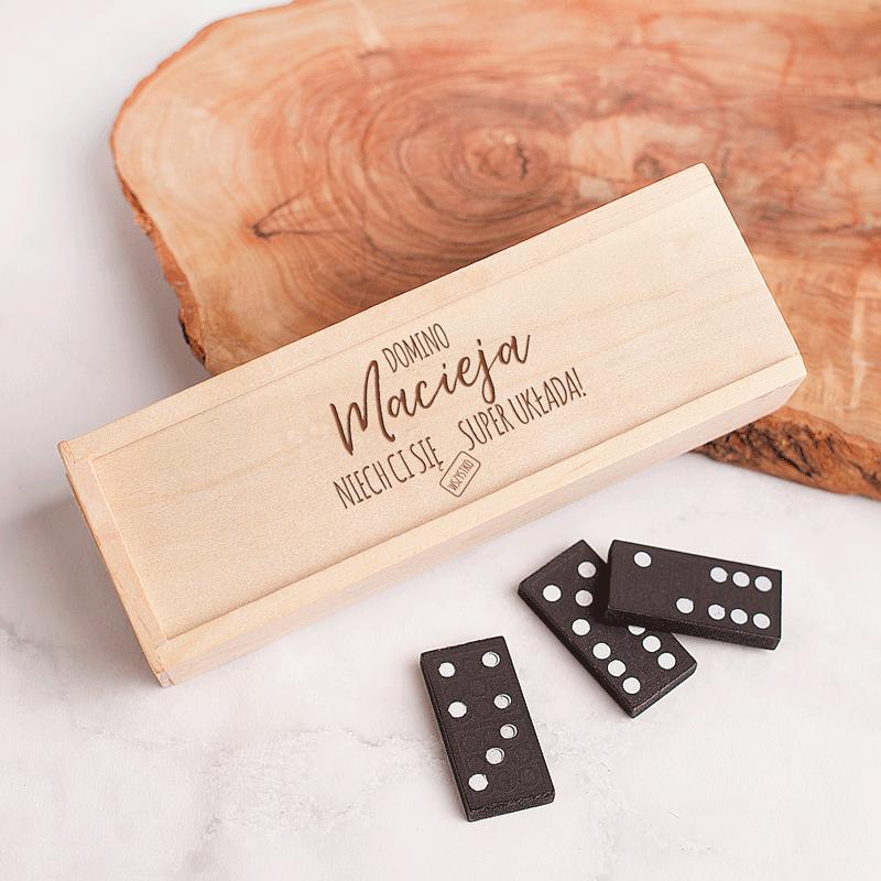 Domino w pudełku z napisem Domino Niech Ci się wszystko dobrze układa.