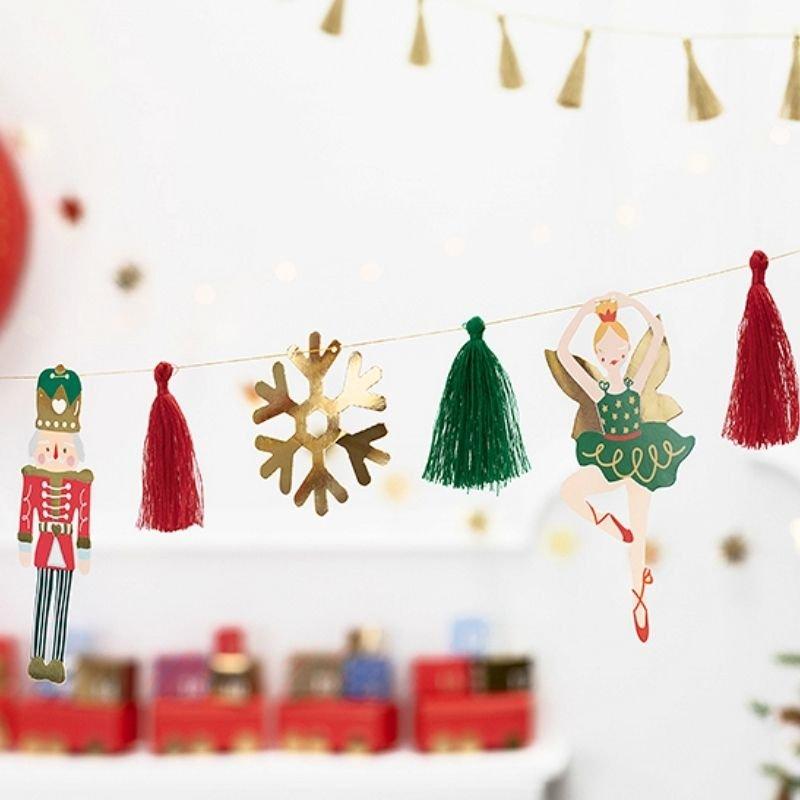 Dekoracyjna girlanda świąteczna to piękny dodatek na Święta Bożego Narodzenia. Wzbogacona o motyw Dziadka do orzechów.