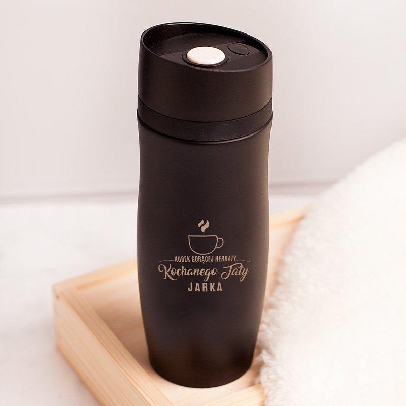 Kubek termiczny personalizowany dla taty w czarnym kolorze. Idealnie sprawdzi się jako prezent dla ojca.