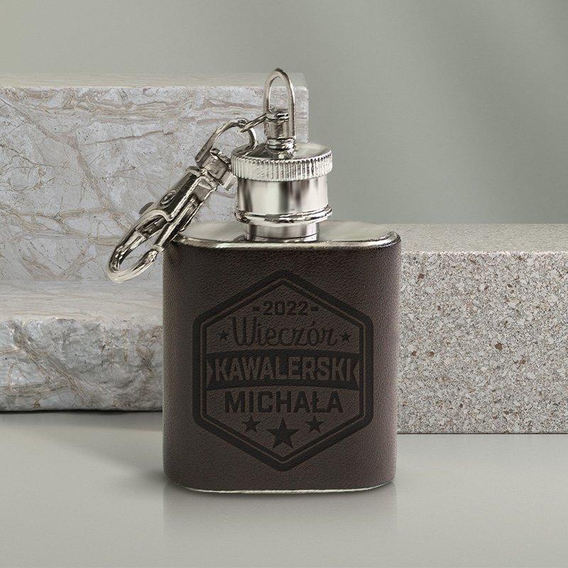 Piersiówka brelok personalizowany wykonana z wysokiej jakości materiałów. Idealny prezent na Wieczór Kawalerski.