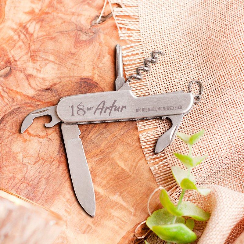 Scyzoryk na 18 urodziny z personalizacją to idealny prezent dla chłopaka na osiemnastkę.