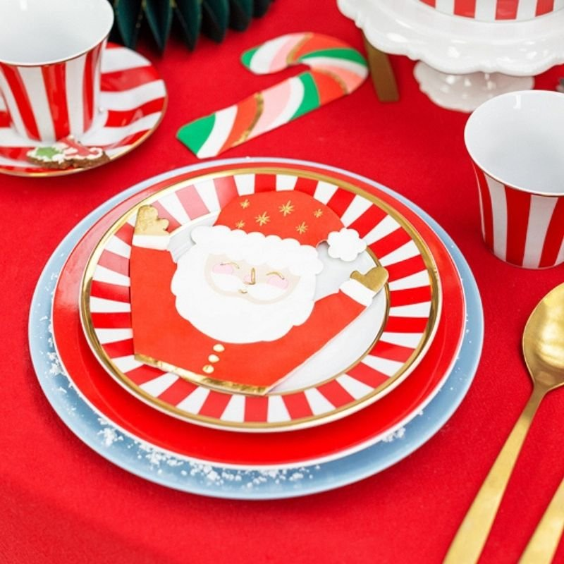 Świąteczne serwetki wzbogacone są o motyw Mikołaja. Idealnie sprawdzą się jako dekoracja stołu.