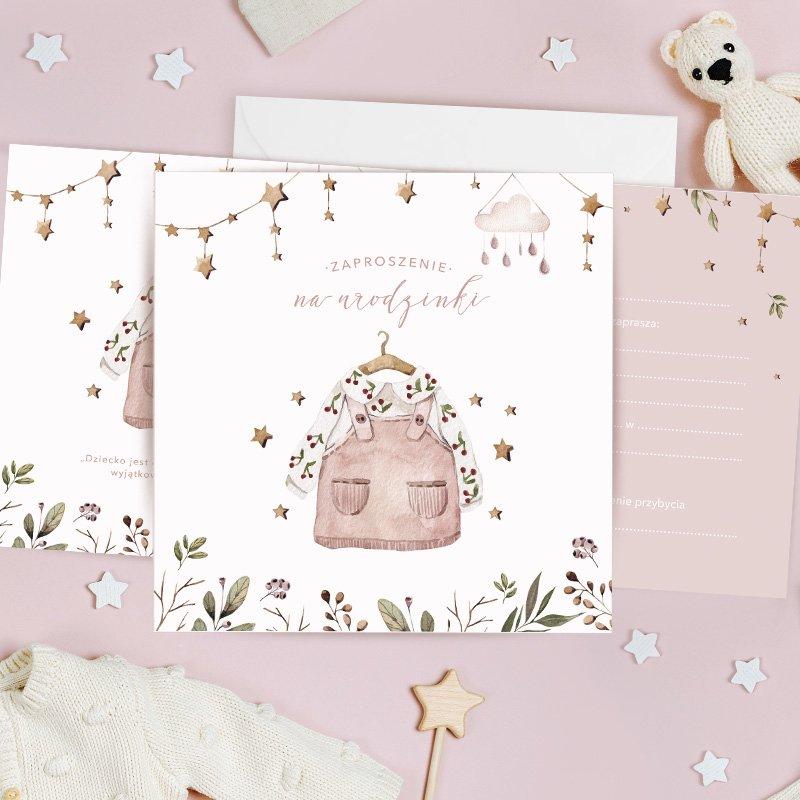 Zaproszenia w stylu boho na urodzinki dziewczynki z sukieneczką na okładce. W zestawie znajdują się koperty.