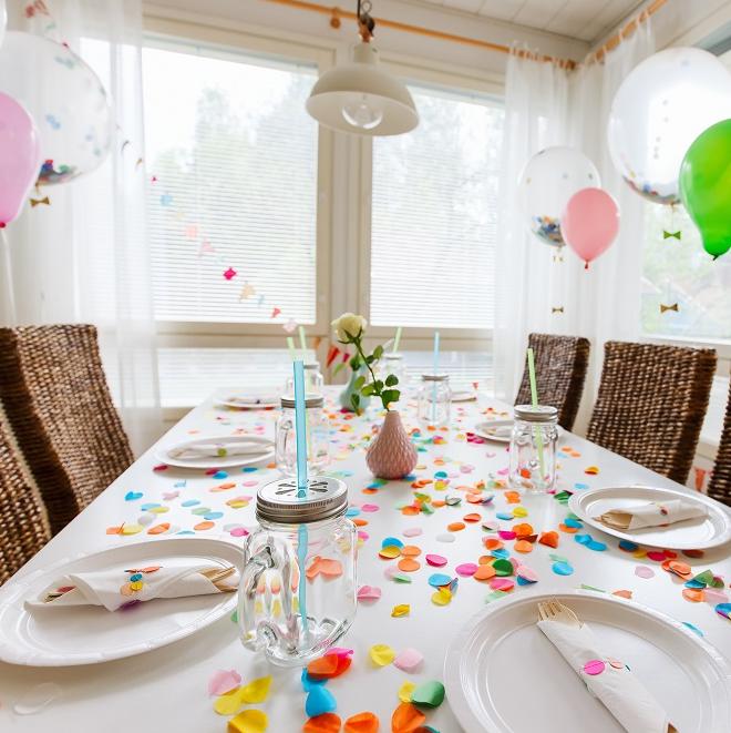 Zdjęcie posta - Jak udekorować stół na urodziny?