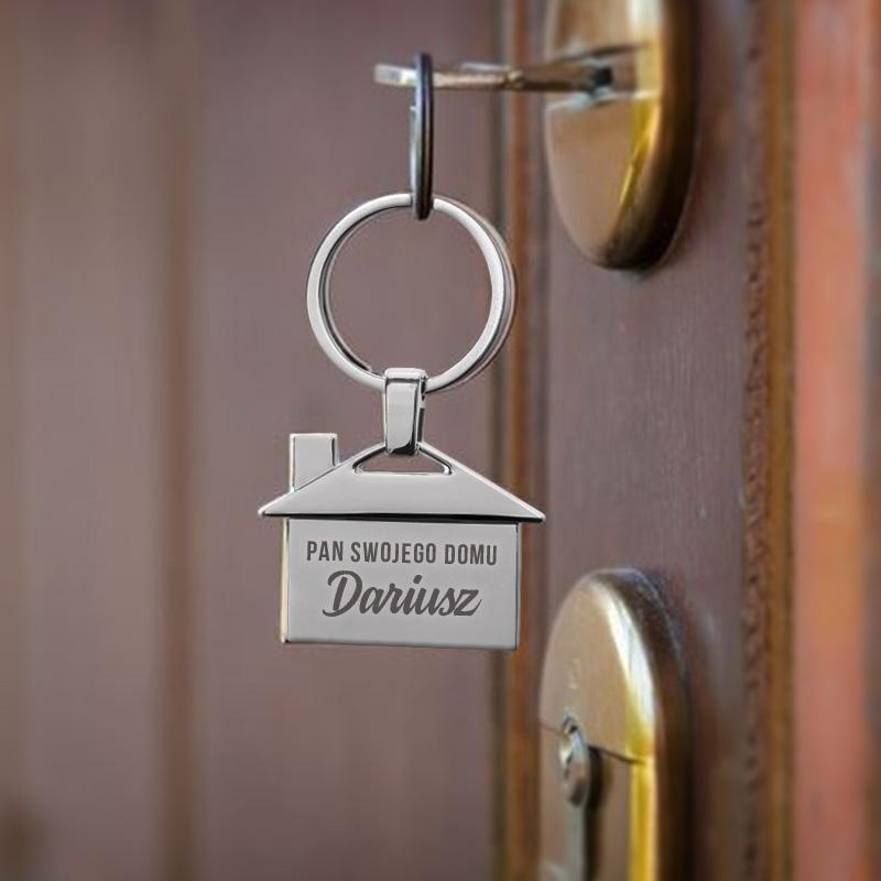 Brelok personalizowany dla niego w kształcie domku wzbogacony jest o personalizację.