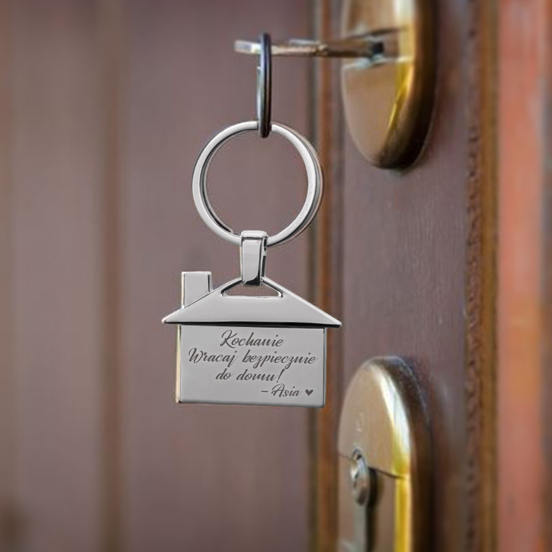 brelok domek dla ukochanej osoby z grawerowaną dedykacją i imieniem.