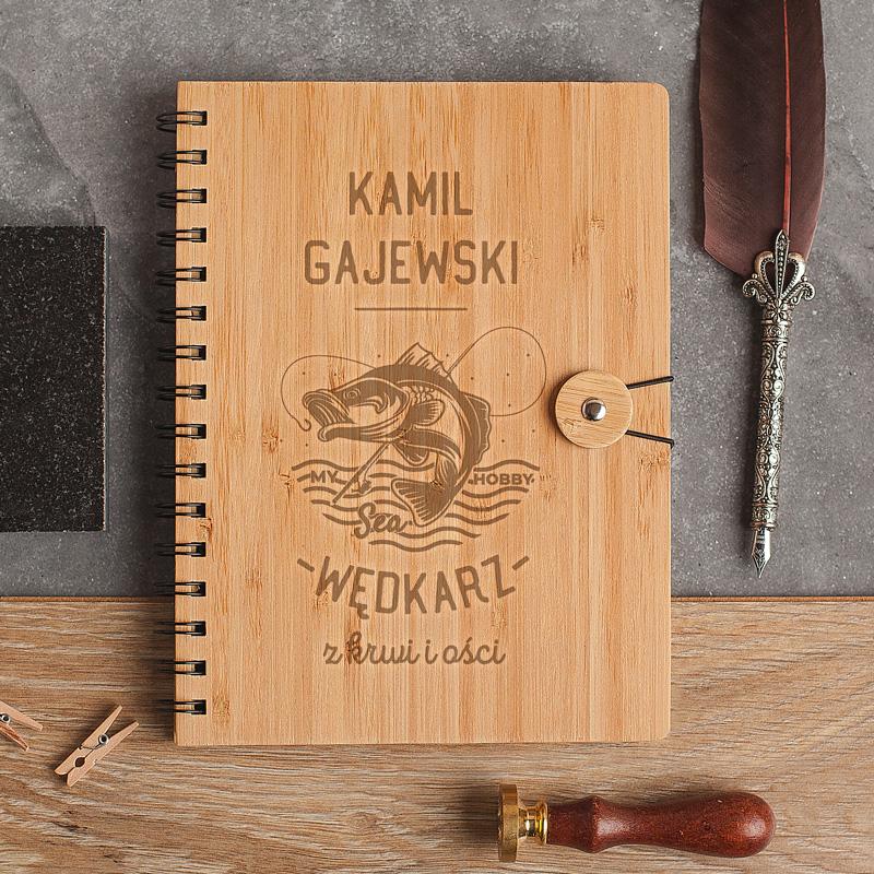 Notatnik dla wędkarza z bambusową okładką. Posiada personalizację oraz ciekawą grafikę.
