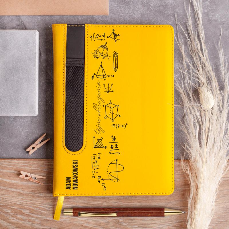 notatnik z kieszonką na długopis i personalizowany nadrukiem oraz matematyczne wzory. Prezent