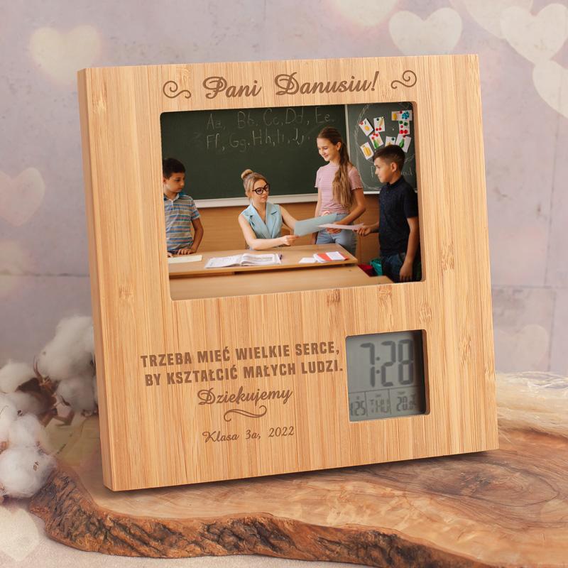 Ramka na zdjęcie dla nauczyciela idealnie sprawdzi się na prezent. Na powierzchni znajduje się ciekawy tekst oraz personalizacja. Ramka posiada stację pogodową.