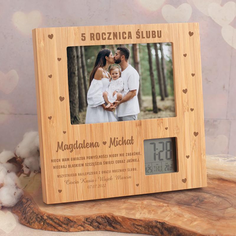 Ramka bambusowa na zdjęcie na powierzchni posiada grawer, personalizację oraz życzenia. Idealny prezent na rocznicę ślubu.